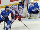 Tomáš Nosek (druhý zleva) stíhá puk spolu s  Mikkou Mäenpääm, přihlíží finský...