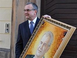 Miroslav Kalousek s darem, který dostal k narozeninám od prezidenta.