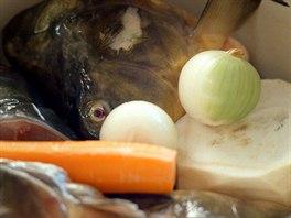 Rybí vývar, ze kterého se brzy stane rybí polévka.