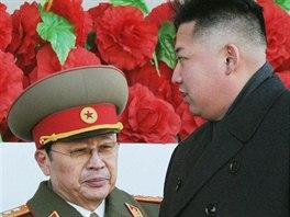 Severokorejský vůdce Kim Čong-un a jeho strýc Čang Song-tchek během vojenské