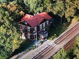 Železniční stanice Rynoltice v Lužických horách je zasazena do zeleně a v...