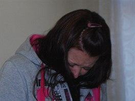 Michaela Rojíčková se před fotoaparáty schovávala a stále plakala. (16....