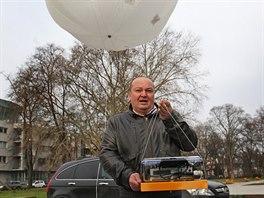 Jiří Bílek s měřícím zařízením, které ponese balon naplněný héliem.