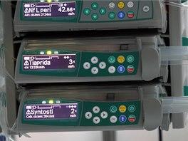 Pomocí infuzních pump se do těla pacienta dostává umělá výživa i léky.