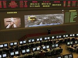 Cestu Nefritového králíka sledují v pekingském vesmírném středisku desítky...
