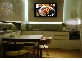 Televize je umístěna na sádrokartonovém panelu, který na stropě přechází v