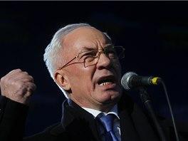 K provládním demonstrantům promluvil premiér Mykola Azarov. (14. 12. 2013)