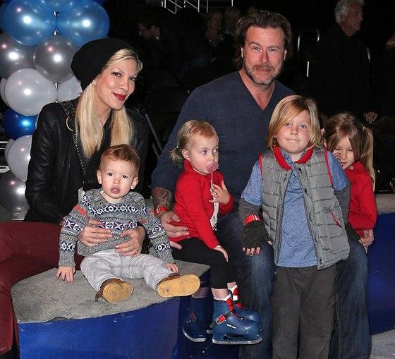 Týden po údajné nevěře byl Dean McDermott s celou rodinou v kině.