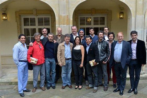 Tým natáčení filmu 33 se vyfotografoval před prezidentským palácem v Bogotě s