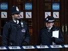Policisté drží stráž před divadlem Apollo, den po pádu části stropu.