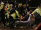 Záchranáři odvážejí jednoho ze zraněných při zřícení části stropu londýnského...