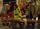 Záchranáři odvážejí jednoho ze zraněných lidí po pádu části stropu v londýnském...