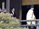 Japonský premiér Šinzó Abe (druhý zleva) navštívil kontroverzní tokijskou...