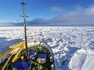 Do problémů se loď dostala v úterý, kdy vichřice natlačila ledové kry kolem...