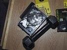 Důkazy, které policie zajistila v domě Adama Lanzy.