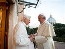 Papež František navštívil v pondělí svého předchůdce, emeritního papeže...