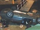 Z Hl�vkova mostu v Praze spadl Mercedes, �idi�i se nic nestalo (23. prosince