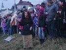 Břehy Kobylího rybníku v Bruntálu lemovaly stovky lidí. (25. prosince 2013)