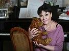Dagmar Patrasov� s nejstar��m ply�ov�m medv�dkem ze sv� sb�rky.
