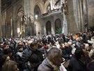 Půlnoční mše v novém osvětlení přilákala do katedrály sv. Víta davy lidí. (24....