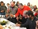 Dominik Duka uvítal na vánočním obědě chudé, bezdomovce, uprchlíky a osamělé...