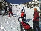 Horská služba převáží nalezené tělo, které zřejmě patří českému horolezci (21....