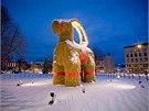 Tradiční vánoční kozu měl před žháři uchránit nehořlavý nátěr a hasicí přístroje připravené ve sněhu. Nic z toho však nepomohlo.