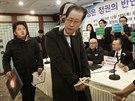 Dozorce vede Čang Song-tcheka, který byl obviněn z pokusu o převrat a popraven,...