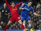 O balón bojuje záložník Chelsea Frank Lampard (vpravo) se středopolařem...
