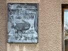 Palachova pamětní deska na fasádě jeho rodného domu ve Všetatech.