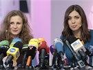 Marija Aljochinová (vlevo) a Naděžda Tolokonnikovová, na tiskové konferenci.