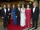 Švédská královská rodina: princ Carl Philip, Christopher O'Neill, těhotná princezna Madeleine, princ Daniel, korunní princezna Victoria, královna Silvia a král Carl XVI. Gustaf (19. prosince 2013)