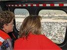 Brazilská prezidentka Dilma Rousseffová si z vrtulníku dělala přehled o rozsahu