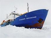 Ruské plavidlo je uvězněno tlustou ledovou krustou asi 1 500 námořních mil...