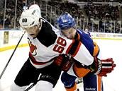 Jaromír Jágr z New Jersey má na zádech Calvina de Haana z New York Islanders.