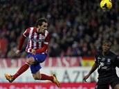 A UŽ LETÍ. Diego Godin z Atlética Madrid střílí gól do sítě Levante.