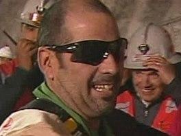 Mario Sepulveda se raduje poté, co ho kabina vyvezla na povrch (13. října 2010)