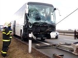 Poškozený autobus vyprostili hasiči. (23. prosince 2013)