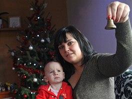 Veronika Po�tulkov� s dcerkou Emilkou, kter� objevuje nov� zvuky. T�eba cink�n�...