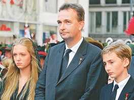 Karl von Habsburg (uprostřed) s rodinou na snímku z července 2011, kdy se ve