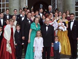 Otto von Habsburg s manželkou Reginou (uprostřed) obklopeni rodinou při...