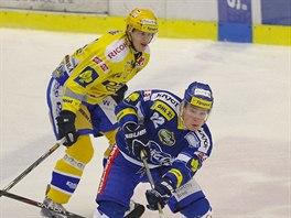 Brn�nsk� �to�n�k Jan K��a odehr�v� puk p�ed dot�raj�c�mi zl�nsk�mi hokejisty.