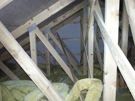 TŘETÍ PŘÍBĚH: Místo toho, aby byla tepelná izolace v podhledu, byla ledabyle poházena v půdním prostoru.