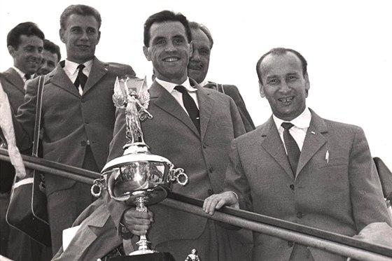 A JE NÁŠ! Fotbalisté Dukly se takhle v roce 1961 vraceli do Československa s...