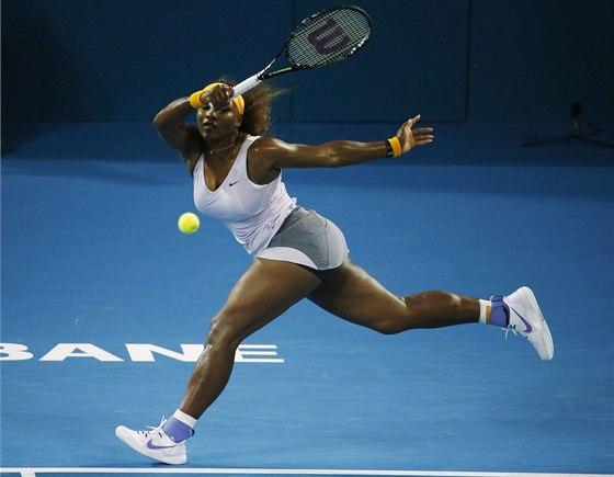 Serena Williamsová dobíhá míček v utkání s Marií Šarapovovou.