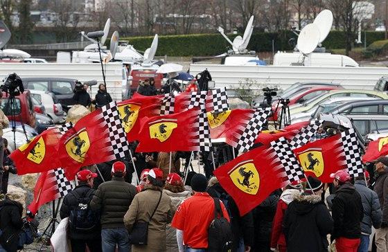 RU�N� DEN. Jsou tu fanou�ci Ferrari a Michaela Schumachera z Francie, It�lie a N�mecka, tak� report��i, kameramani...