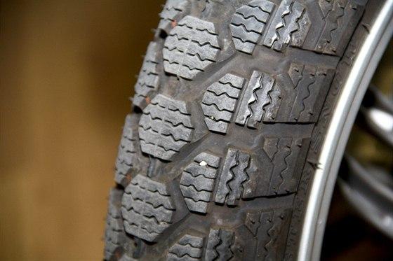 Zimní pneumatiky mají podobný vzorek, jako na autě.