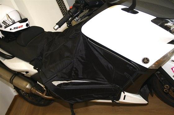 Deka připnutá ke skútru, nebo jezdci u pasu je v zimě neocenitelným pomocníkem.