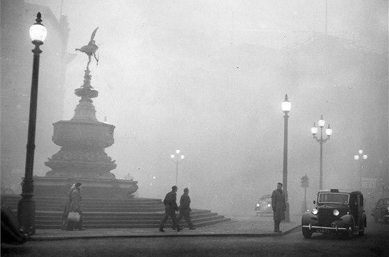 Londýnský taxík na snímku z roku 1952, kterak projíždí po Piccadilly Circus v...