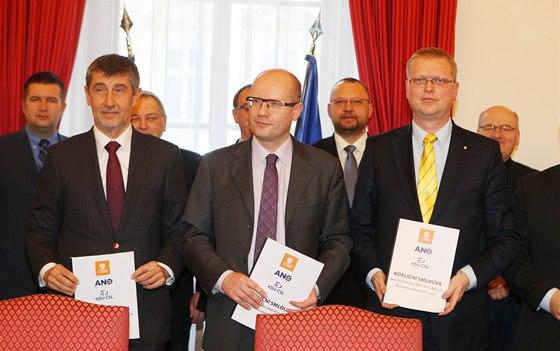 Bohuslav Sobotka, Andrej Babiš a Pavel Bělobrádek podepsali za ČSSD, ANO a